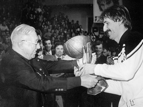 FIBA Secretary General presents KK Partizan's ?? with the 1978 Korac Cup