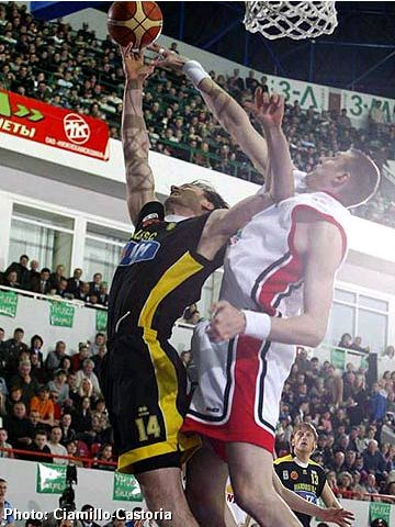 Eurelijus Zukauskas (UNICS) blocking a shot of Lazaros Agadakos