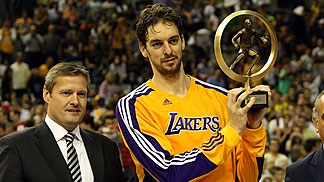 Pau Gasol receives Player of the Year trophy by FIBA Europe President Olafur Rafnsson