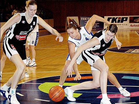 Elodie Godin (front - Bourges) and Petra Kulichová (BK Loko Trutnov