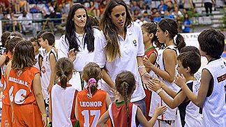 Portuguese Basketball Legend Ticha Penicheiro (left) and Women's Basketball Ambassador Amaya Valdemoro at the U18 Final