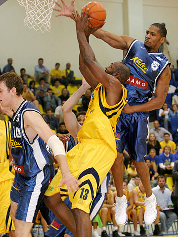 Michael McDonald (EKA AEL Lemesos, left) and André Perry (BC Kalev Tallinn)