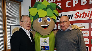 EuroBasket ambassador Ivo Daneu and EuroBasket mascot Lipko pose for a photo with Serbia national coach Dusan Ivkovic