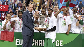 FIBA Europe President Turgay Demirel hands the EuroChallenge trophy to Nanterre captain Joseph Gomis