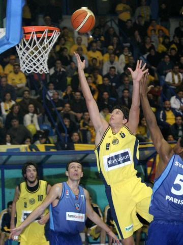 Milutin Aleksic with 2 of his 21 points against Paris
