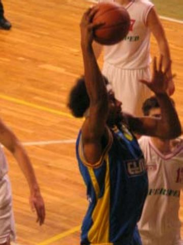 Lonnie Jones (Apoel) with the jam