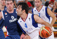 Milos Teodosic (Serbia) and Nando De Colo (France)