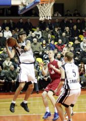 Denis Khloponine (Avtodor) out-jumpes everyone to secure a rebound