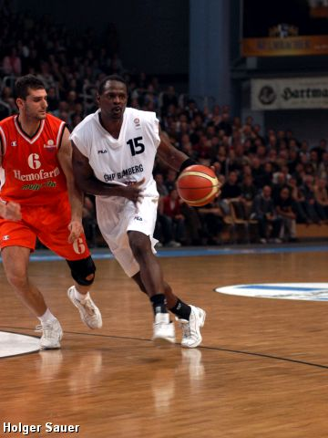 Jason Sasser (Bamberg) on the way to the basket with Petar Bozic (Hemofarm)