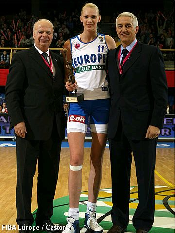 George Vassilakopoulos (left) and Nar Zanolin (far right) with 2005 FIBA Europe Women's Player of the Year Maria Stepanova