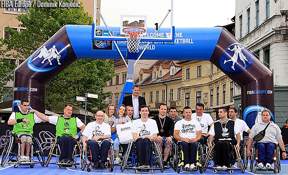 FIBA Europe President Olafur Rafnsson with the teams in the wheelchair category