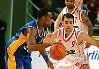 Melvin Booker (left - BC Khimki) and Aymeric Jeanneau (Strasbourg)