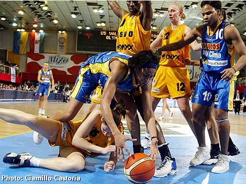 Fight for a loose ball during the Final