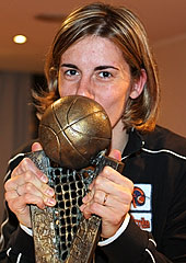 Raffaela Masciadri kissing the EuroLeague Women trophy