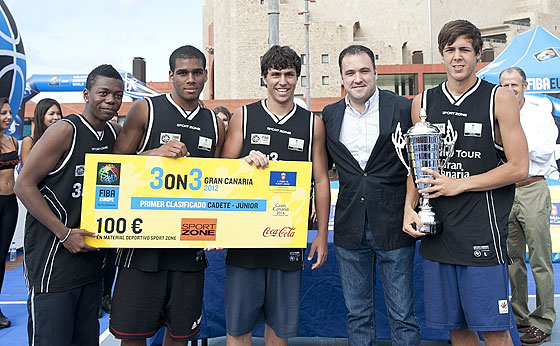 Gran Canaria 3on3 Tour Master Final - Team Loyola is presented with trophy