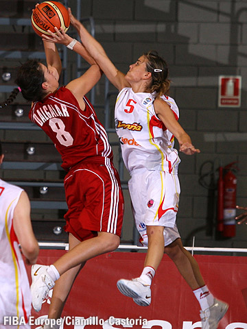 Gaby Ocete (Spain) blocks Yasemin Dalgalar (Turkey)
