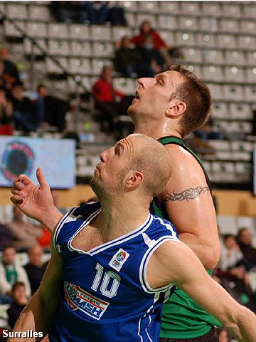 Kenan Bajramovic (left - SC Azovmash Mariupol) and Andrew Betts (DKV Joventut Badalona)