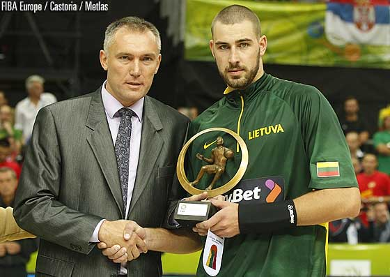 FIBA Europe Secretary General Kamil Novak presents Jonas Valanciunas with the award for the Young Player of the Year 2012