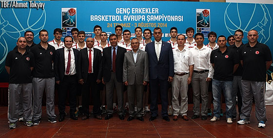 The host team, Turkey, gathered for a group picture with the distinguished guests at the opening ceremony