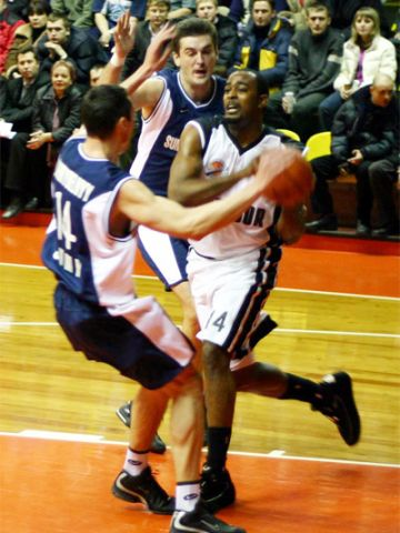 Jerald Honeycutt (Avtodor) is stopped by Ukranian Olexandr Zahrybelnyy and one of this teammates