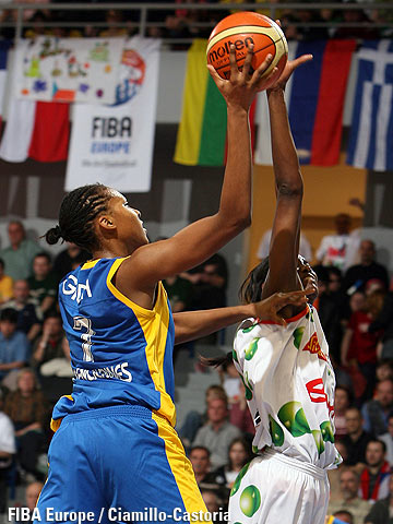 Sandrine Gruda (left, US Valenciennes Olympic) and De Lisha Milton (Gambrinus Sika Brno)