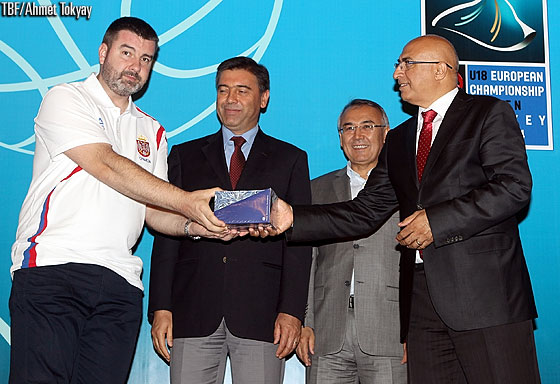 Each delegation was presented with a gift at the opening ceremony