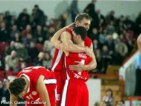 Hapoel Tel Aviv celebrate 3rd place in the 2004 FIBA Europe League