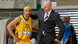 ALBA Berlin head coach Sasa Obradovic with point guard DaShaun Wood (Euroleague game at Montepaschi Siena on 12 October 2012)