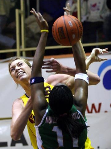 Margo Dydek (Gdynia) and Taj McWilliams (Brno) fight for a rebound