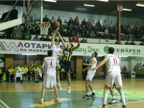 Kerim Yenice (Fenerbahce) is trying to get the offensive rebound