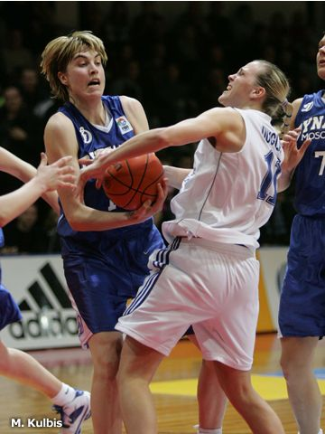 Katie Douglas (left - LIETUVOS TELEKOMAS VILNIUS) and Dynamo's Elena Baranov battle for the ball