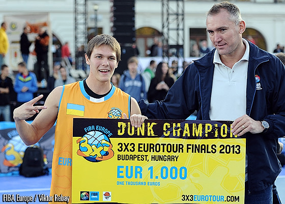 Smoove receives the EUR 1000 check from FIBA Europes secretary general Kamil Novak