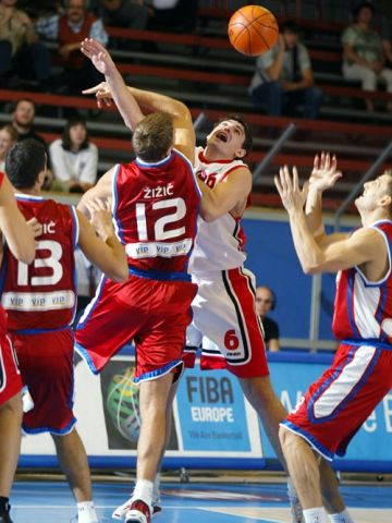 Andrija Zizic/CRO and Mirsad Türkcan/TUR fighting for the rebound.