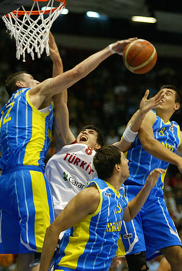 Ersan Ilyasova (Turkey) and Serhiy Lishchuk (Ukraine)