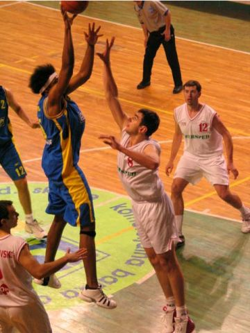Lonnie Jones (Apoel) shoots over Toni Simik (Rabotnicki)