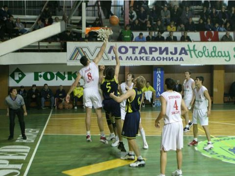 Heavy traffic under the basket in the game between Fersped and Fenerbahce