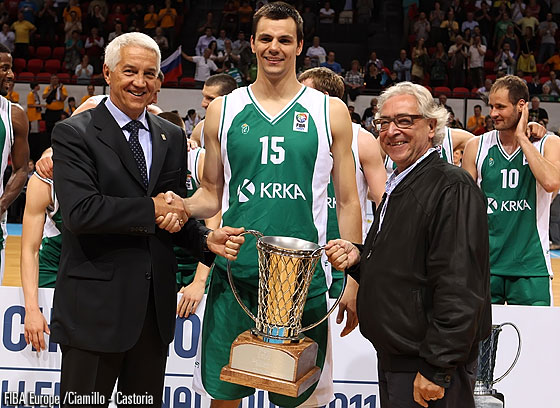 KRKA captain Jure Balazic receives the EuroChallenge Trophy from FIBA Europe Secretary Nar Zanolin and Telenet Oostende President Arthur Goethals