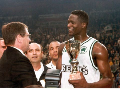 Panathinaikos and former NBA star Dominique Wilkins receives the 1996 EuroLeague trophy from Ivan Mainini (FRA)