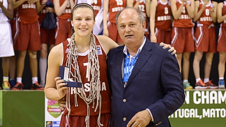 Tournament MVP Daria Kolosovskaia and Co-ordinator of the LOC Manuel Fernandes