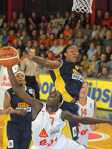 Chamique Holdsclaw (Lotos Gdynia) and Hamchetou Maiga (Gambrinus Brno)
