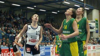 Elodie Godin (Bourges) and Sanja Vesel (Sopron anticipating the rebound