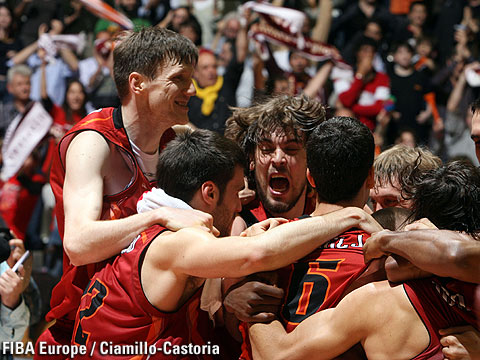 Team Akasvayu Girona celebrating