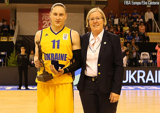 FIBA Europe Board Member Lena Wallin-Kantzy presents Alina Iagupova with the award for the FIBA Europe Young Women's Player of the Year 2012