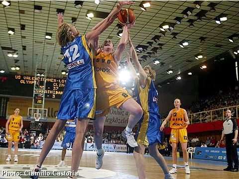 Malgorzata Dydek (Lotos VBW Clima) blocking a shot of Suzy Batkovic