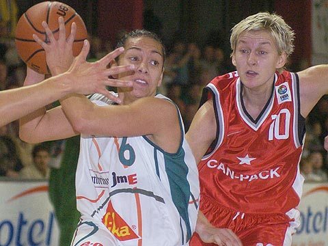 Alicia Poto (Gambrinus, left) and Monika Krawiec (Wisla Can-Pack)