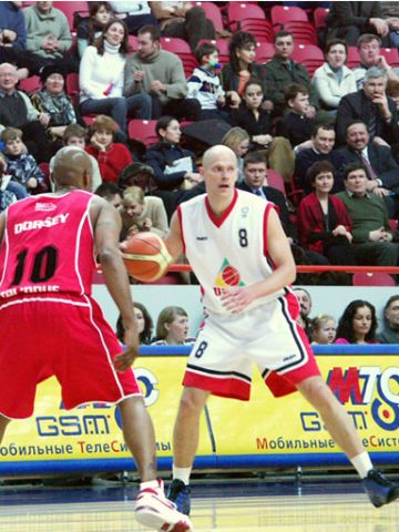 Saulius Stombergas sets the offense against Oostende's Tony Dorsey