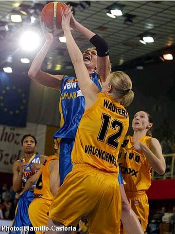 Final Four MVP Ann Wauters (USVO) trying to block a shot