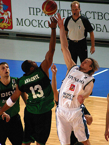 Nikita Morgunov (right - Dynamo Moscow Region) and Aloysius Anagonye (DKV Joventut Badalona) contest the tip-off in their EuroCup game