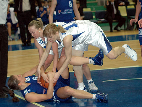 Sandra Valuzyte (Lietuvos) fighting for a ball