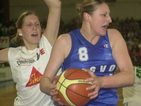 Inside battle: Valenciennes' Suzy Batkvic and Brno's Jana Vesela go at it